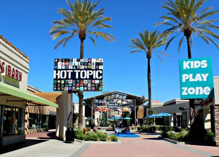 The Lake Elsinore Outlets phone number is: / The Lake Elsinor Outlet Center shopping hours are as follows: Mondays through Saturdays, the Lake Elsinore Outlets open at 10 am and close at 8 pm; Sundays, the mall's opening time is 10 am and its closing time is 7 pm.